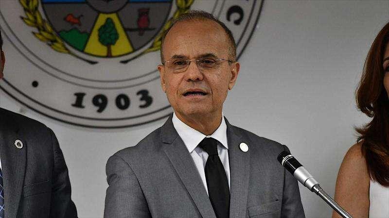 Presidente de la UPR detiene desahucio de artista Nelson Sambolín